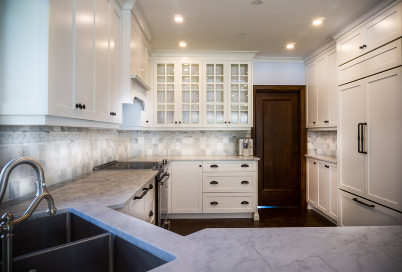 Traditional white kitchen with shaker doors and marble counters